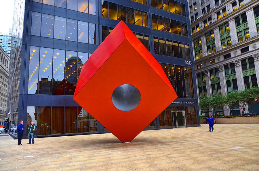 Красный куб в Нью-Йорке
