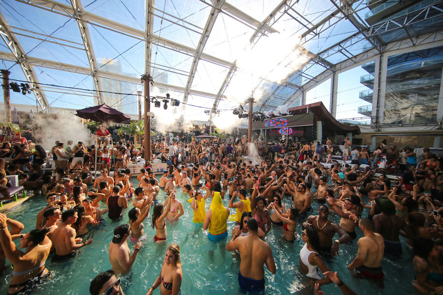 Marquee вечеринка у бассейна