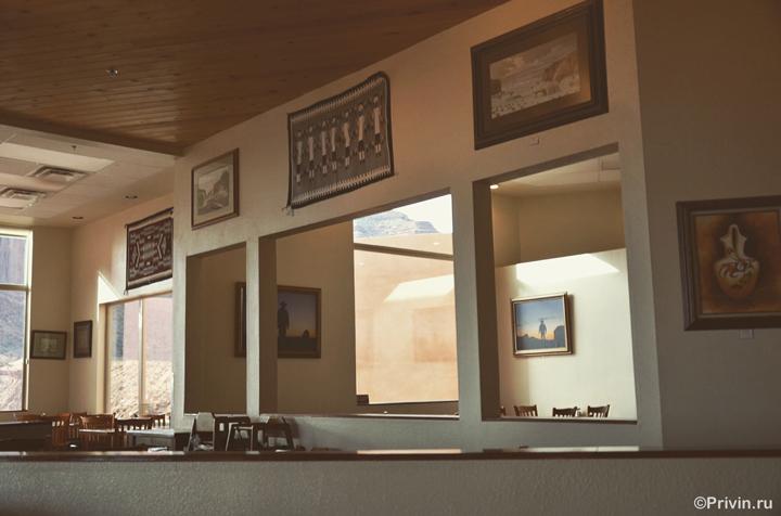 Картины индейцев навахо в отеле The View